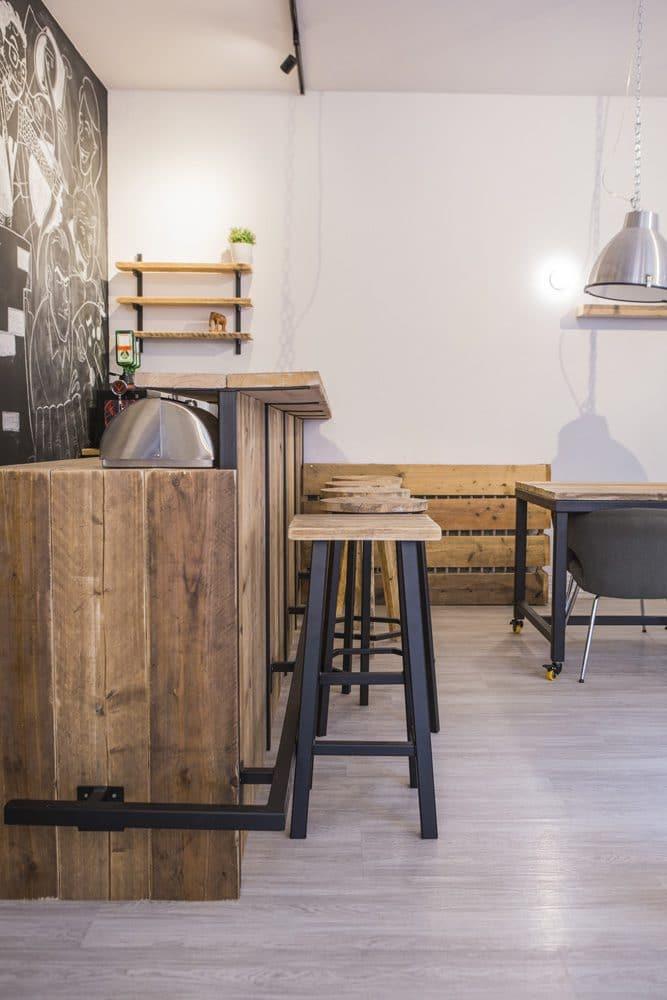 Bar van hout en staal