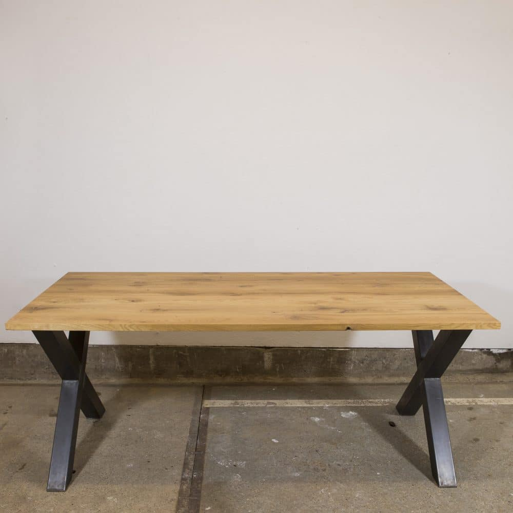 Eettafel met een stalen kruispoot