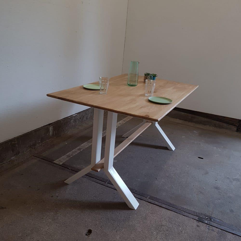 Eettafel met een metalen Y-poot