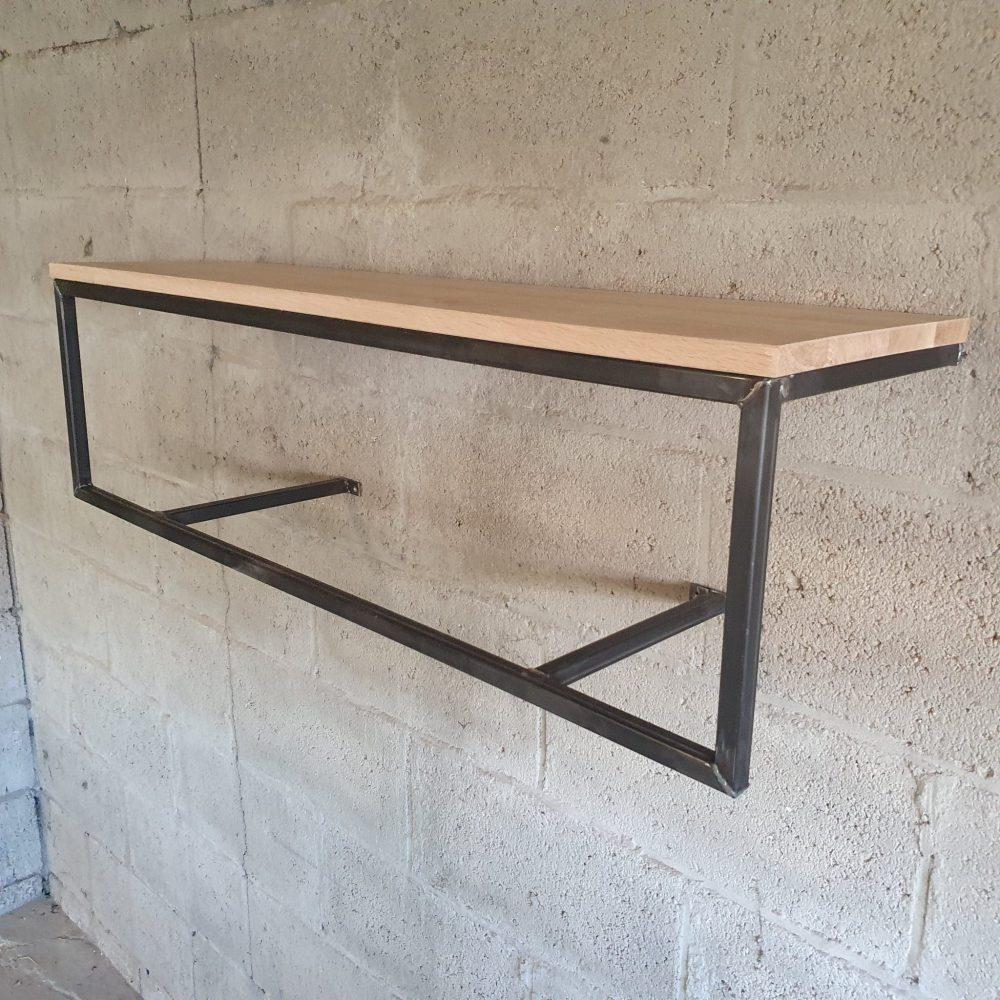 Kapstok bestaande uit een stalen frame en een eikenhoutplank erop