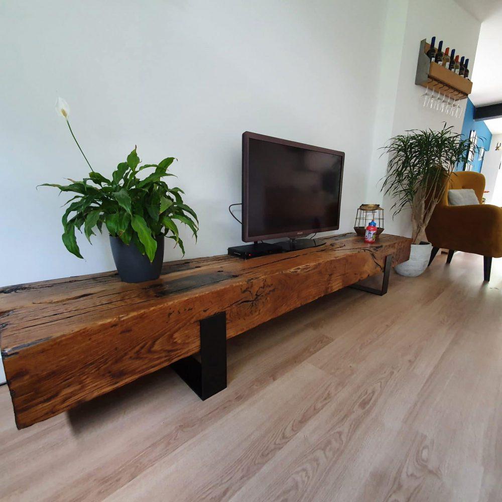 Spoorbielzen meubel in een woonkamer met een stoel en wijnrek