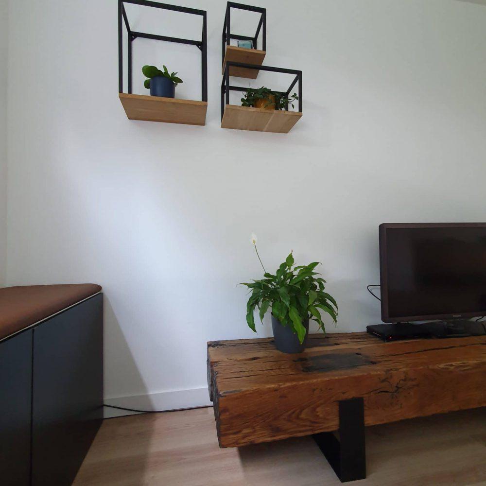 Ingezoomd stuk van een tv-meubel waarbij ook 3 wandmeubels en een stukje van de kast te zien zijn