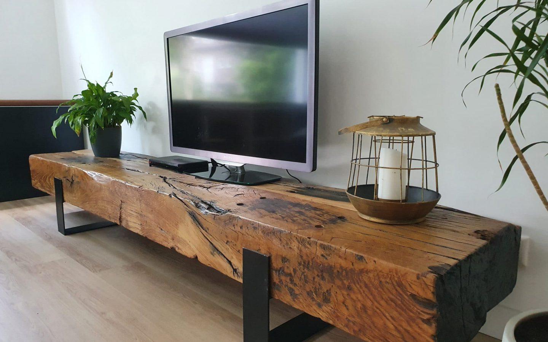 Sfeerbeeld van een televisie meubels van spoorbielzen. Stoer en industrieel met daarop wat decoratieve items