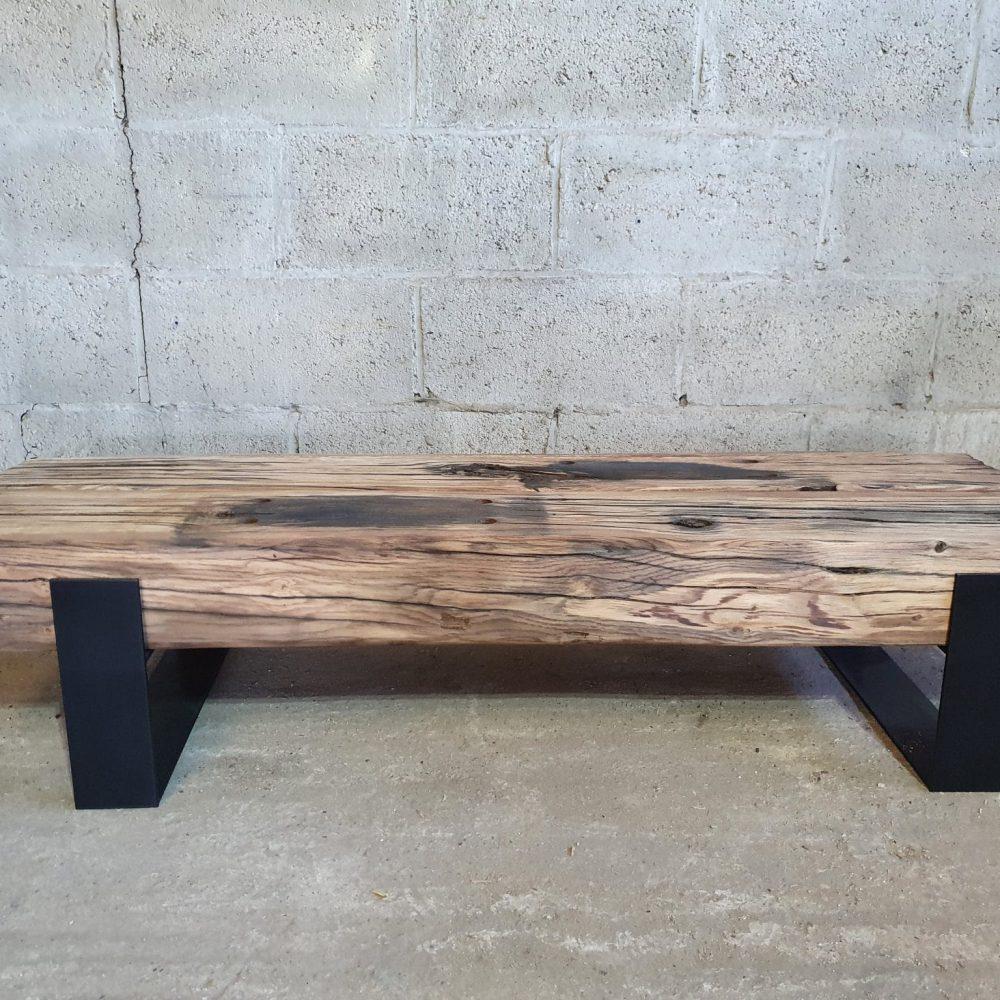 Vooraanzicht van een tv-meubel van 150 cm gemaakt van spoorbielzen lichte hout kleur en 2 zwarte onderstellen