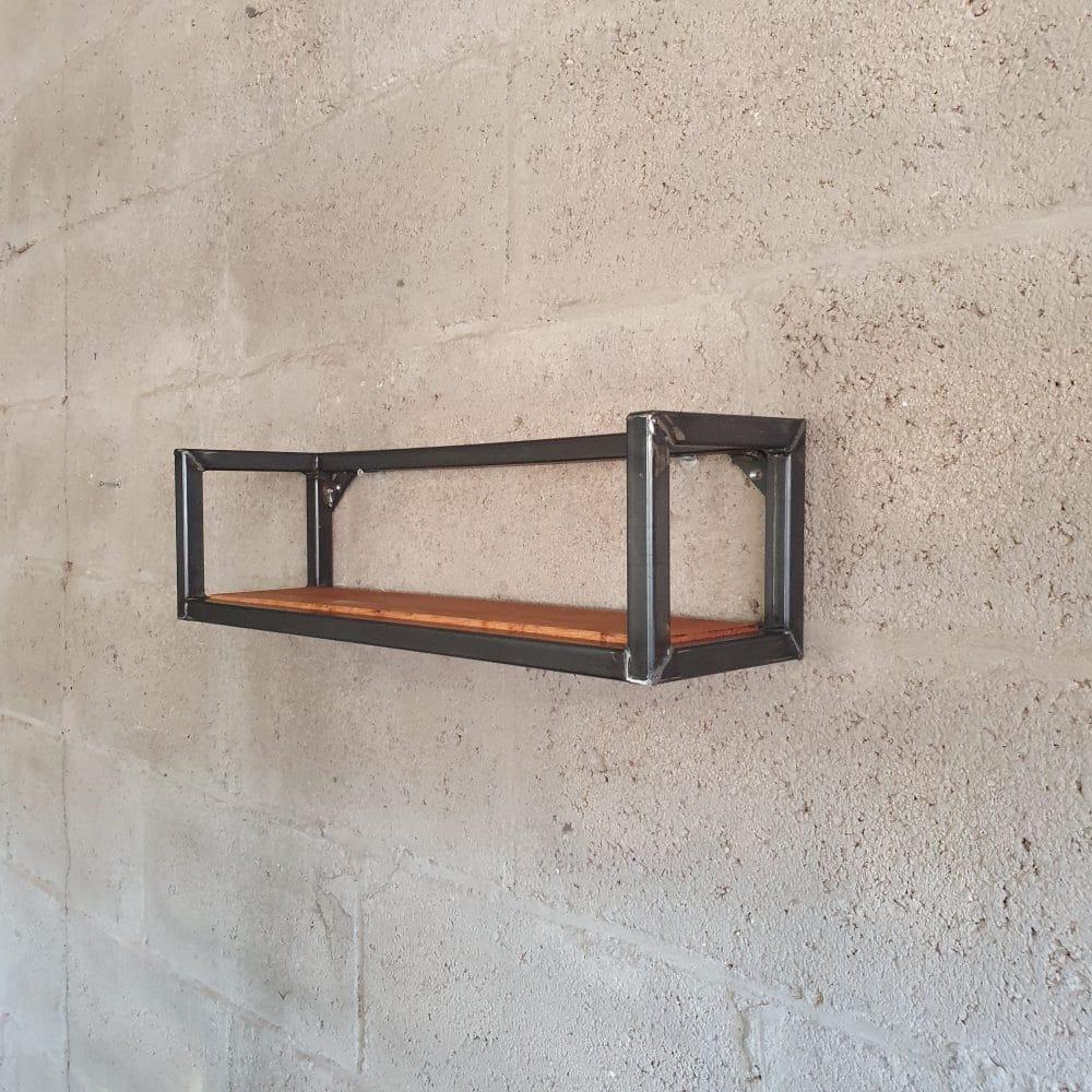 Wandmeubel gemaakt van een stalen frame en daarin een eikenhouten plank. Wandplank is 60 cm lang en gemonteerd op een lichtgrijze muur