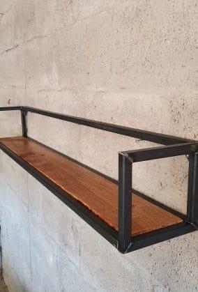 Rechtsvoor aanzicht van een bruine houten plank met daarom een stalen frame