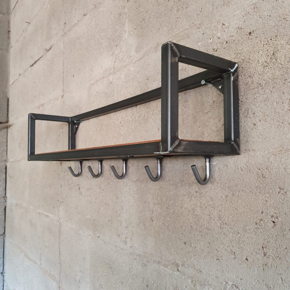 Aanzicht van schuinvoren van een keukenplank gemaakt van een stalen frame en een eikenhouten plank. Onderaan de plank zitten 6 haakjes om je keukenspulletjes aan te hangen
