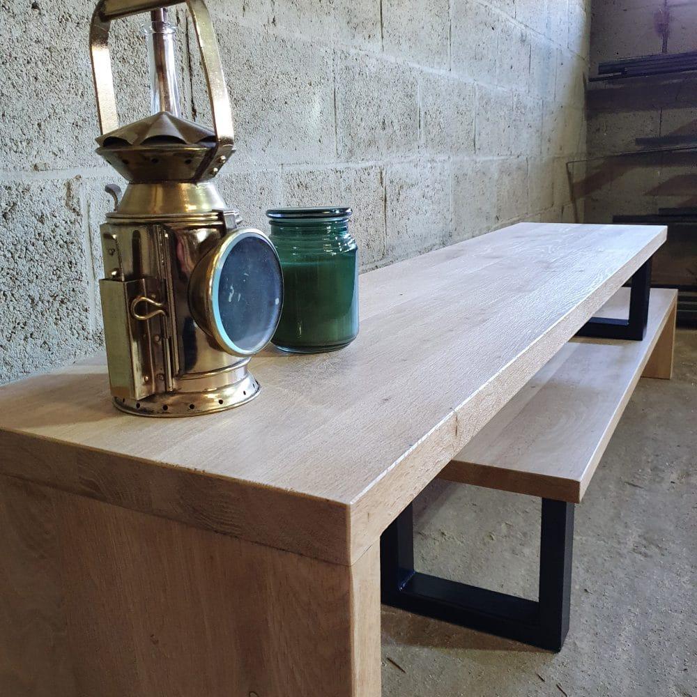 Schuinaanzicht van een tv-meubel gemaakt van licht eikenhout. Massief 4 cm dik en het bestaat uit 2 delen waardoor je zelf de lengte kan bepalen.