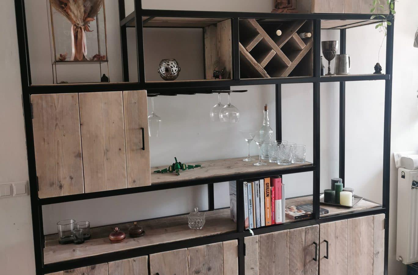 Aangeklede vakkenkast gemaakt van hout en staal. Met ruimte om wijnglazen en wijnflessen in op te bergen.