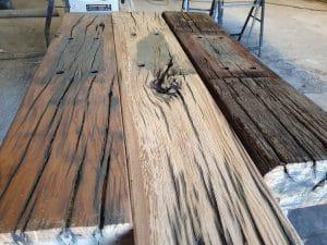 3 grote houten spoorbielzen balken. Verschillende afwerkingen, waarbij de kleur ook verschilt.