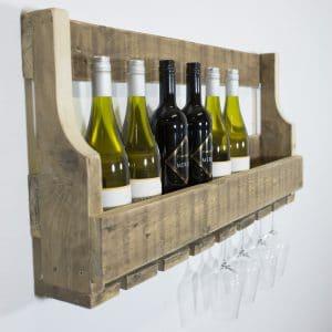 Wijnrek gemaakt van pallethout met daaronder plek voor circa 8 wijnglazen. Om te bevestigen aan de muur.